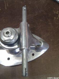 Pas de filetage sur l'axe du truck : le cliquet permet de maintenir la roue sur l'axe.
